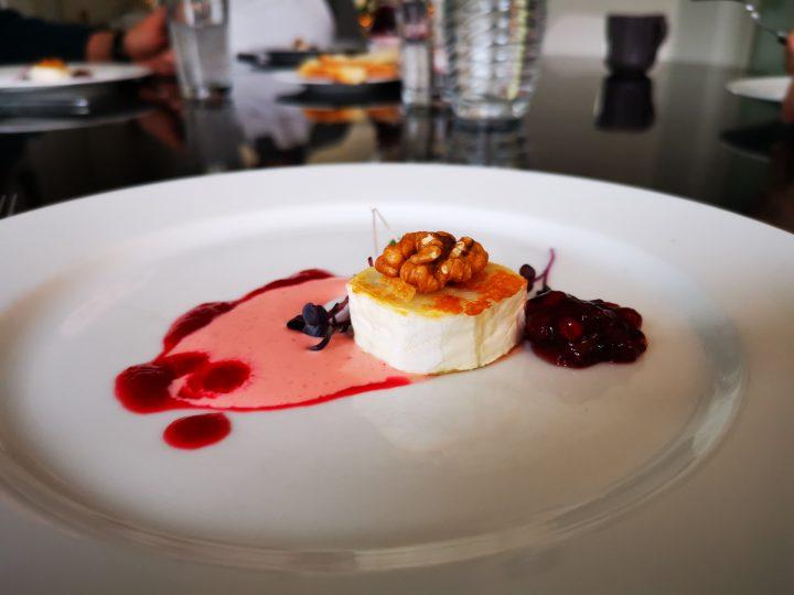 <h5>Gebackener Ziegnkäse auf Roter Beete Mayonnaise und karamelisierter Walnuss</h5>